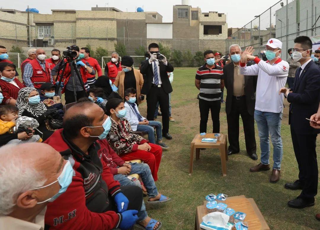 3月16日,在伊拉克巴格达,中国医疗专家展示科学的洗手方法。 新华社发(哈利勒·达伍德 摄)