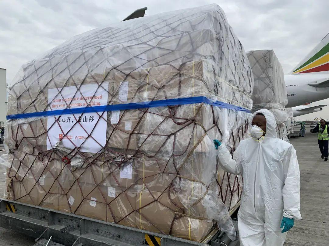 3月22日,用于支援非洲54国抗击疫情的中国援助物资运抵埃塞俄比亚首都亚的斯亚贝巴国际机场。新华社记者王守宝 摄