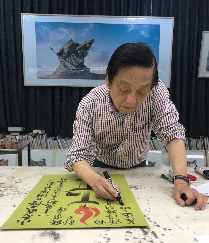 2017年5月7日,韓美林先生畫《小老鼠上燈臺》這也是陳履生美術館(常州)最新收藏的一件油燈題材的作品。