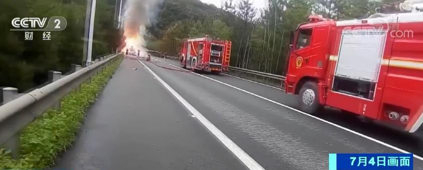 夏季汽车自燃事件多发 驾驶员务必小心