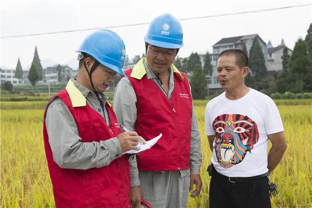 2017年9月22日,鄭國標(左二)服務三農保障可靠用電