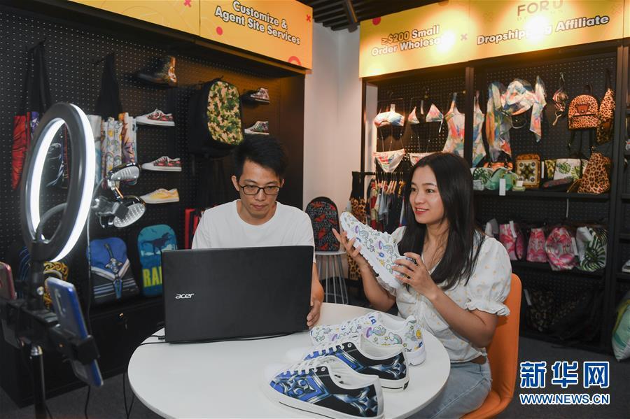 在福建泉州的一家跨境电子商务公司,工作人员通过线上直播向外商推广产品(7月14日摄)。