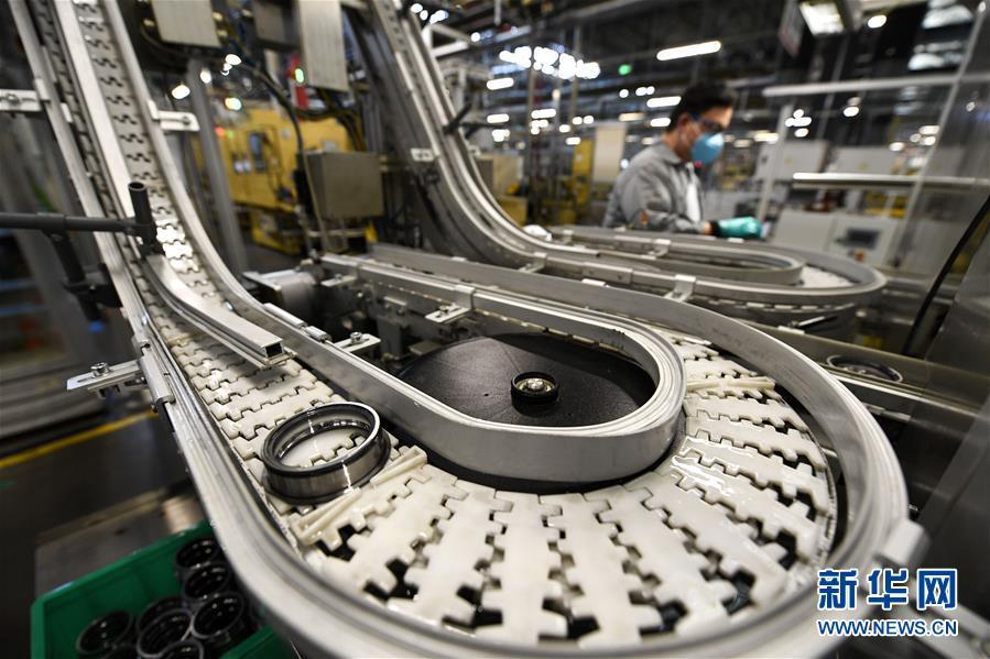 在宁夏银川市经济开发区内,舍弗勒(宁夏)有限公司员工在汽车轴承车间忙碌(3月11日摄)。