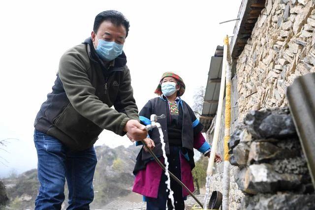 ▲甘肃省甘南藏族自治州舟曲县果耶镇勒阿村第一书记张金利在村民家检查自来水管。