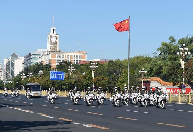 9月8日上午,国家勋章和国家荣誉称号获得者乘坐礼宾车从住地出发,在国宾护卫队的护卫下,前往人民大会堂。新华社记者 戴天放 摄