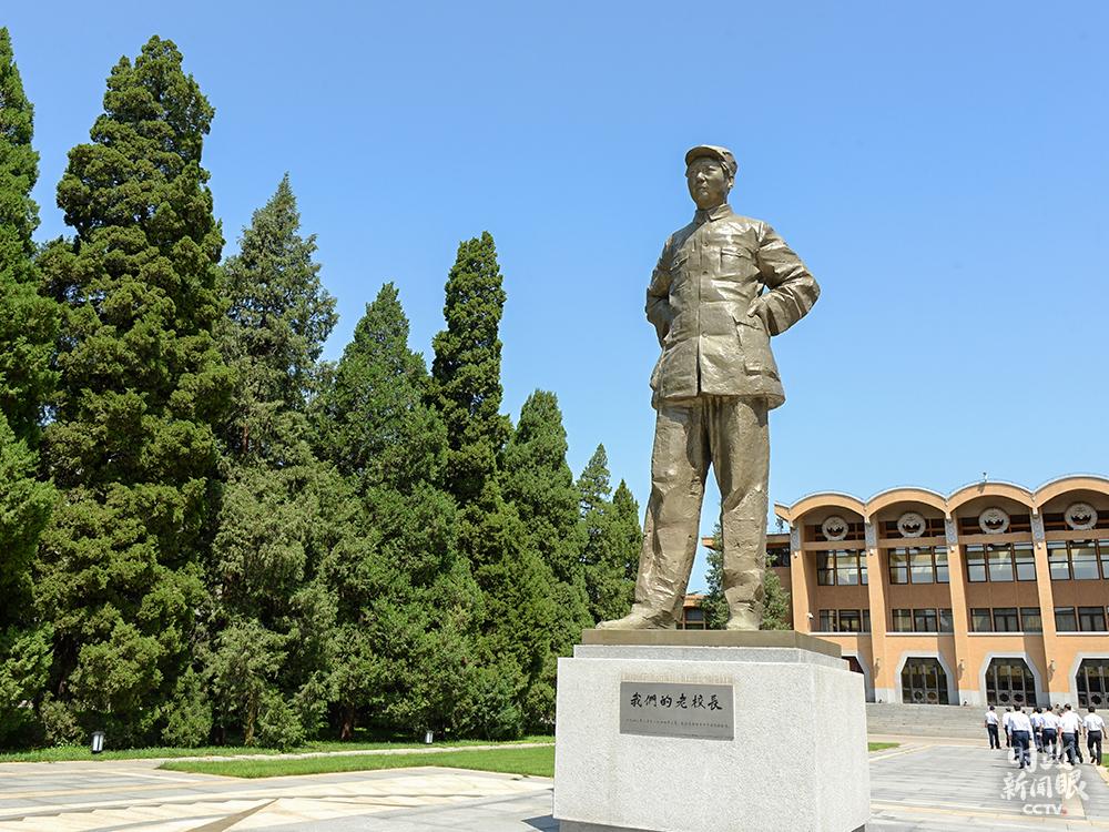 △矗立在礼堂前广场的毛泽东全身雕像:《我们的老校长》