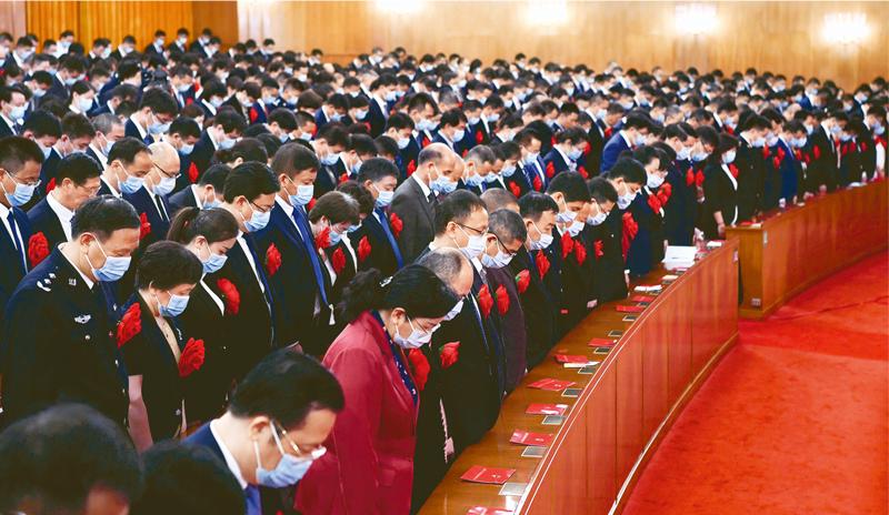 2020年9月8日上午,全国抗击新冠肺炎疫情表彰大会在北京人民大会堂隆重举行。这是全场肃立,向新冠肺炎疫情牺牲烈士和逝世同胞默哀。 新华社记者 申宏/摄
