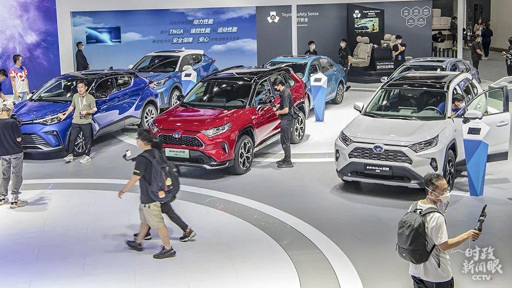 中国的新能源汽车产销量连续5年居世界首位,这是近日在广州国际会展中心展出的新能源汽车。