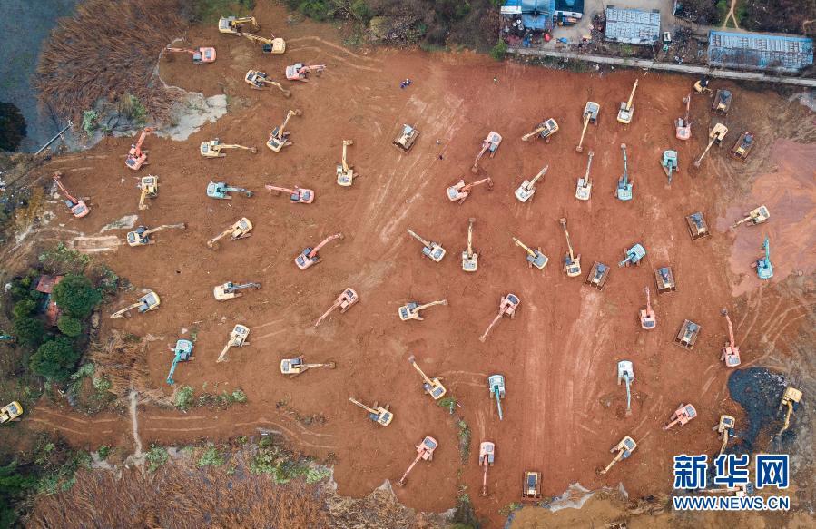 大型机械在武汉火神山医院建设工地施工(2020年1月24日摄,无人机照片)。新华社记者 肖艺九 摄