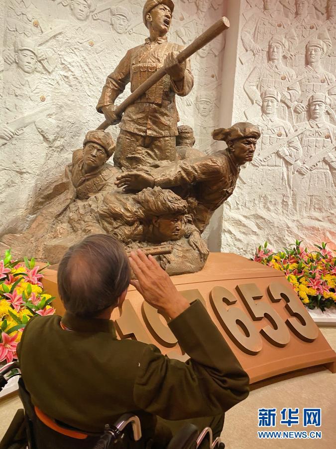 在纪念中国人民志愿军抗美援朝出国作战70周年主题展览上,杜文亮老人向抗美援朝英雄雕像敬礼(2020年10月27日摄)。新华社记者 任沁沁 摄
