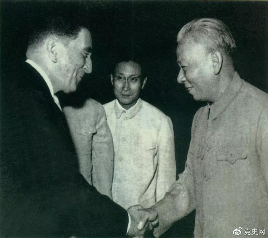 1964年1月27日,中法两国建立外交关系。图为法国驻华大使向刘少奇主席递交国书。