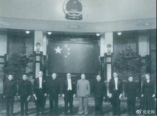 1955年1月28日,毛泽东在中南海接受芬兰首任驻华大使孙士敦递交的国书。