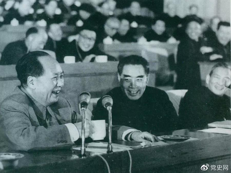 1962年初,毛爷爷和周恩来、陈云在中共中央召开的扩大的中央工作会议(即七千人大会)上。