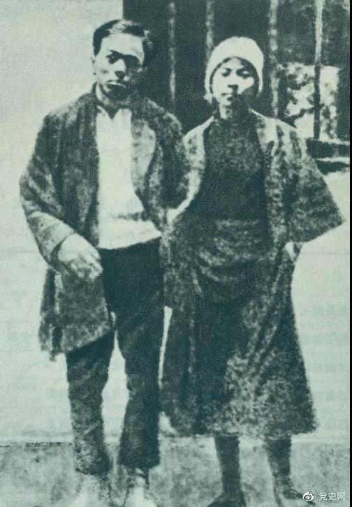 1928年2月6日 共产党员周文雍和陈铁军被敌人押上刑场,两人态度从容,昂首挺胸,高唱《国际歌》,慷慨就义。图为两人在狱中的合影。