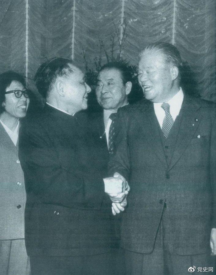 1979年2月7日,邓小平访问日本期间,同日本首相大平正芳会谈。