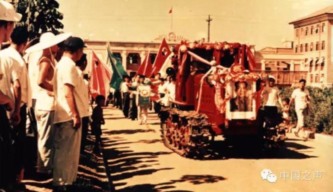 """△1958年7月20日,新中国的第一台""""东方红""""拖拉机开出厂房"""