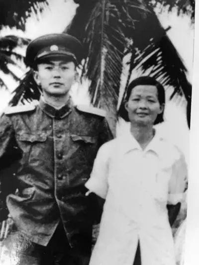 △1956年,报告文学《红色娘子军》的作者刘文韶与当年娘子军战士冯增敏