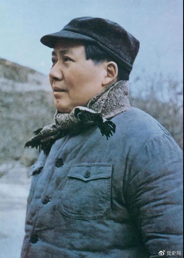 1947年3月18日,中共中央机关主动撤离延安。毛泽东和周恩来、任弼时等继续留在陕北,指挥全国人民解放战争。这是转战陕北前夕的毛泽东。