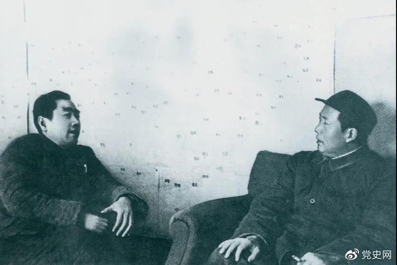 图为毛泽东和周恩来在河北西柏坡。