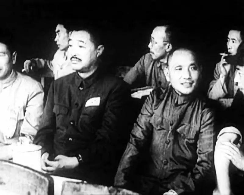 △1952年7月1日,在成渝铁路通车典礼上的邓小平、贺龙