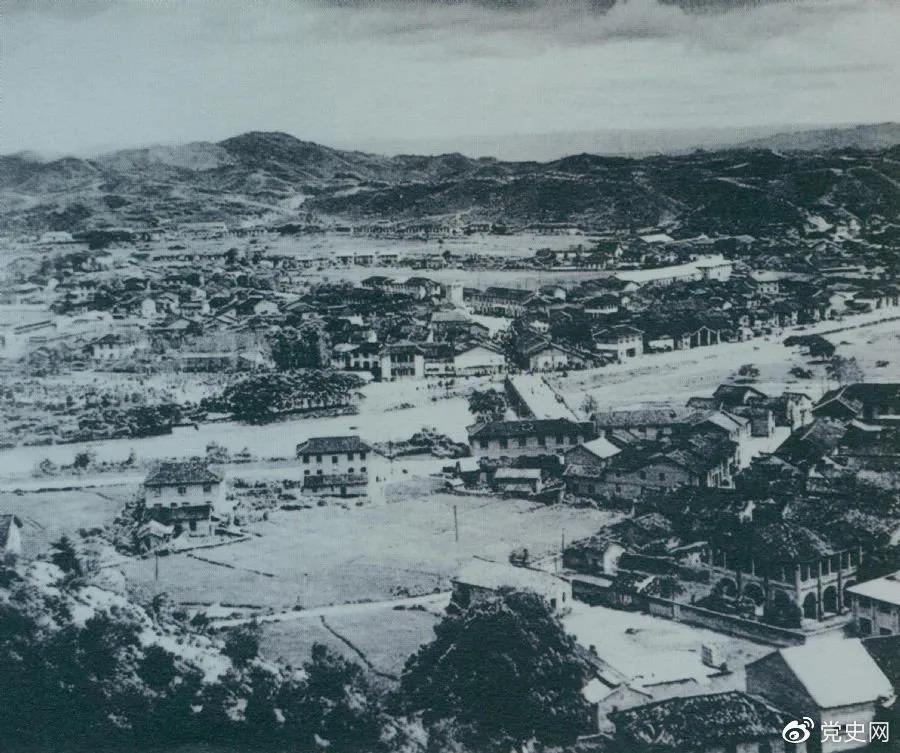1928年4月,朱德率领南昌起义余部到达井冈山,与毛泽东领导的部队胜利会师。图为会师地点砻市全景。