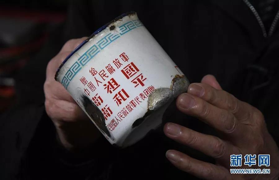 这是张富清珍藏了几十年、补了又补的搪瓷缸(2019年3月31日摄)。新华社记者 程敏 摄