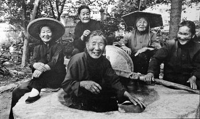 """五位""""沂蒙六姐妹""""在纪念孟良崮战役胜利50周年时的合影。(资料照片)"""