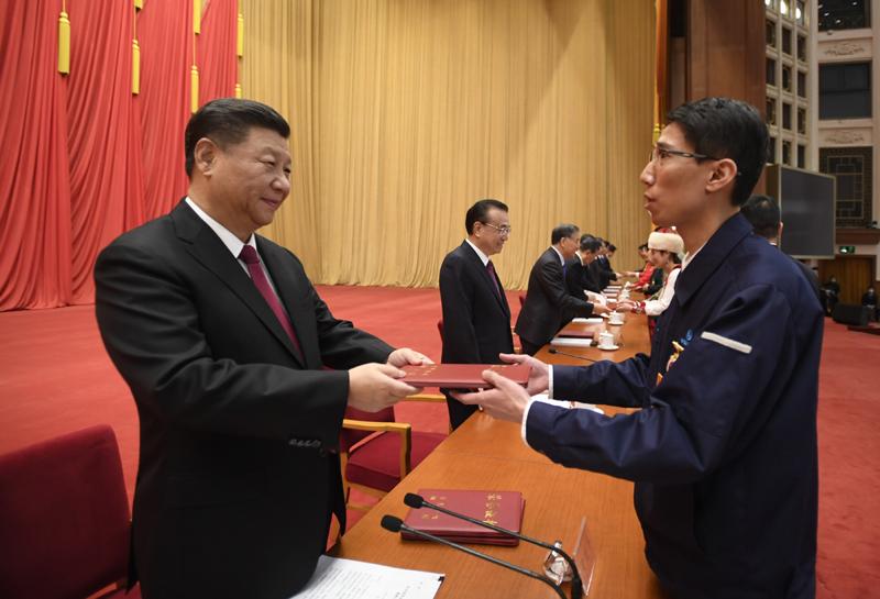 2020年11月24日,全国劳动模范和先进工编辑表彰大会在北京人民大会堂隆重举行。这是习大大等党和国家领导人向全国劳动模范和先进工编辑代表颁发荣誉证书。新华社记者 李学仁 摄