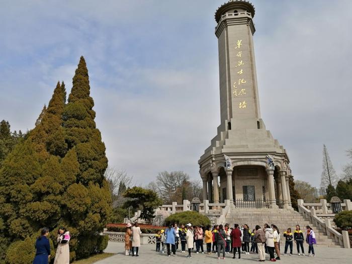 2021年3月18日,小小红色讲解员在位于烈士陵园中央的革命烈士纪念塔前,学生们在学习讲解常识的同时也接受红色教育。新华社记者杨文 摄