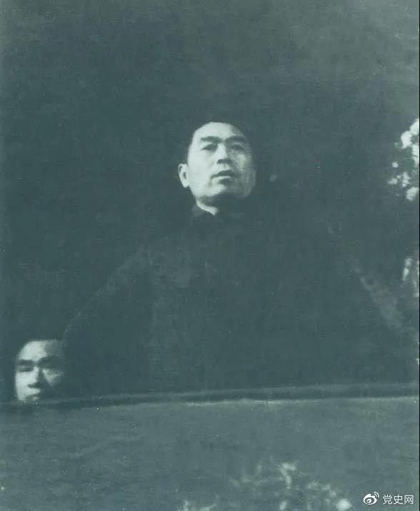 图为周恩来在中国共产党第七次全国代表大会上发言。
