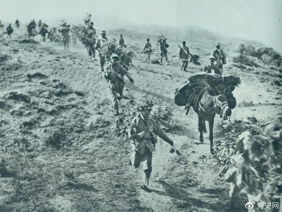 图为1947年5月在孟良崮战役中,华东野战军向孟良崮挺进。