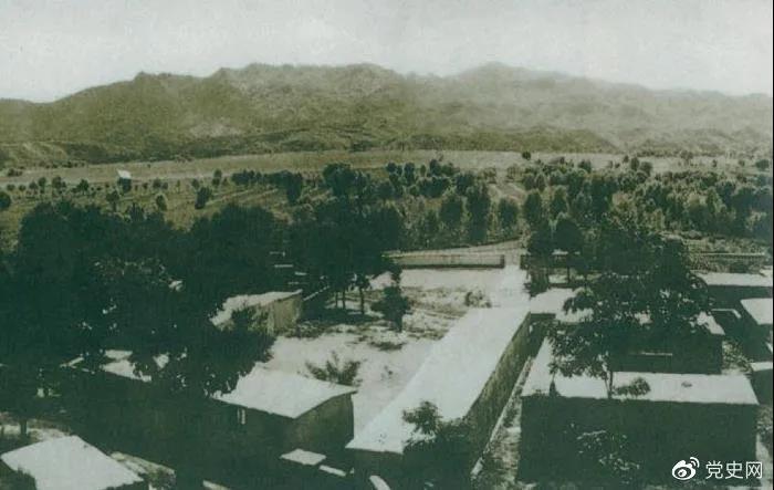 1948年5月,中共中央和人民解放军总部由陕北迁到河北平山县西柏坡。图为中央领导人办公处所俯瞰。