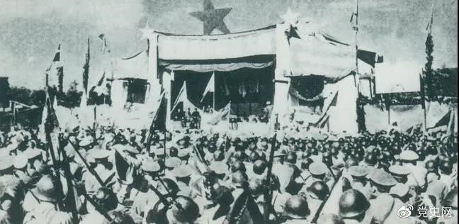 1950年5月19日,人民解放�解放舟山群�u。�D�橹凵杰�民�e行�c祝解放大��。