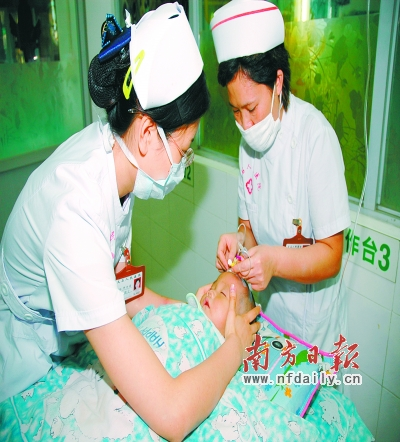 样第一时间抢救病人,覃玉鸣有了自己整套的业务积累.资料图片-图片