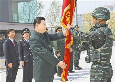 习近平视察武警部队特种警察学院并为 猎鹰突击队 授旗图片