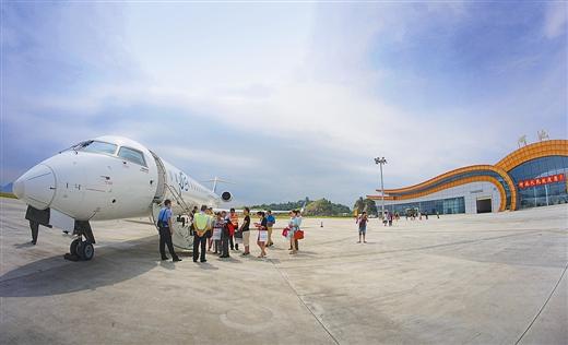 """""""   据介绍,机场目前开通了重庆至河池至海口的航线,每周3个航班,周二"""