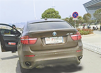 """该车车牌上覆盖着另一块牌子""""清障·jx0010"""",车牌号下面还有""""江西高速"""