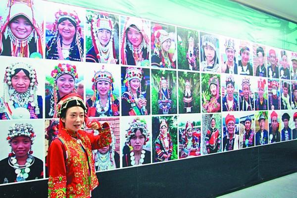 本报25日讯(记者董云平)25日,云南红河州博物馆藏哈尼族服饰特展在黑龙江省博物馆举行。这些哈尼族的精美服饰,展现了云南少数民族丰富的创造力。   哈尼族人多居住在云南省的西部,是一个开垦梯田种植稻谷的山地农耕民族,独特的生存环境形成了哈尼族多姿多彩的服装服饰文化。哈尼族服饰不仅是简单的御寒防风蔽身之物,还承载着极其丰富的文化信息,构成展示和追忆祖先迁徙壮举和英雄业绩的载体。哈尼族服饰的色彩、款式和纹样,既是该民族生存区域地理环境的折射,也是族人社会身份和角色的标识,透露出生生不息、物我合一的生存