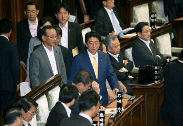 日本7日谈:安倍内阁强行通过安保法案贻害无穷