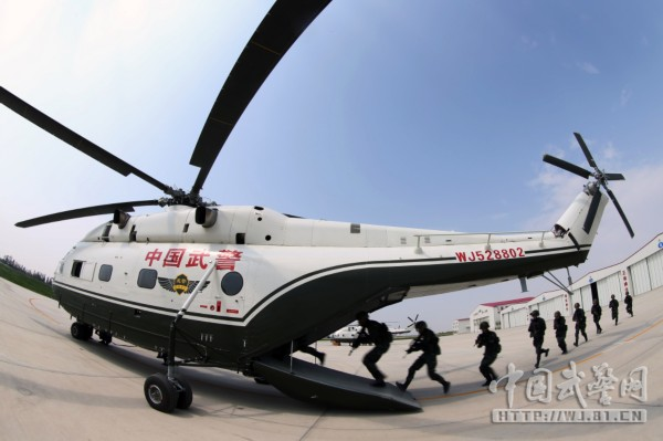 特战队员快速登机   中国军网-中国武警讯(雷铁飞、解放军报记者 张海华)武警部队首次飞行骨干集训和新大纲试训于7月15日在宁夏结束。此次集训,培养了一批飞行指教长和专业骨干,提升了各大队飞行组训能力,规范了一批武警直升机新课目的飞行动作和组训流程,破解了一批影响和制约武警部队飞行训练的重难点问题,形成了一批贴近武警部队实际的理论和实践成果。   近年来,武警部队按照多能一体、有效维稳的战略要求,不断加强空中支援力量建设,自2001年起,先后在全国组建7个直升机大队。各大队主要担负处突维稳、抢险救