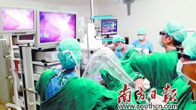 借助高新医学手术仪器和设备,肝胆脾甲状腺外科完成了多例高难度的