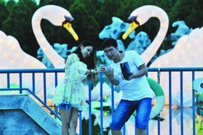 """沈阳市各景区顺势推出相应的旅游产品,沈北新区方特欢乐世界的""""欢乐夜"""