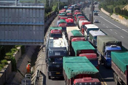 Conditions on major roads linking Beijing and provinces in northwest China have worsened over the past five months. The worst traffic jams usually last for more than a week causing bumper to bumper queues more than 100 kilometers long.