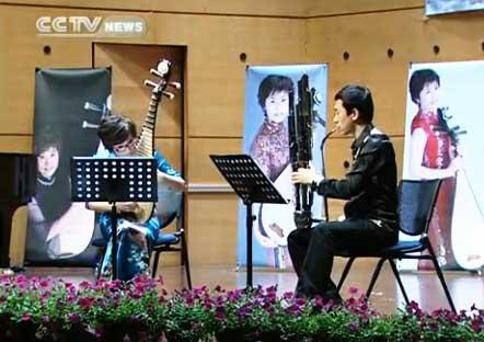 Wu Yuxia, a Pipa master from China National Music Orchestra, teamed up with other artists to play classical pieces.