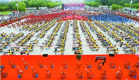 A stunning group of over 1700 folk music fans from Daqing of Northeast China's Heilongjiang province played their instruments together, declaring their passion towards traditional Chinese music.