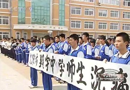 AmemorialceremonyhasalsobeenheldinamiddleschoolinShenyang,tohonorthequakevictims.