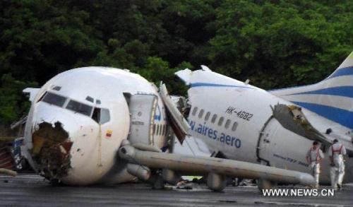 ThewreckageofaColombianplanethatcrashedisseenontheairportoftheColombianislandofSanAndres,onAug.16,2010.OnepersondiedMondayaftertheColombianplanewith131peopleaboardwashitbylightningandmadeacrashlandingontheColombianislandofSanAndres,localmediareported.(Xinhua)