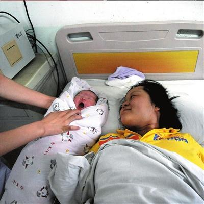 The parents of a baby born at Women and Children's hospital in Dandong of Liaoning Province have quite a story to tell about her birth. She's as healthy and normal as average babies, but the circumstances of her arrival are anything but normal.