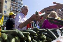 European farmers fight back with free produce