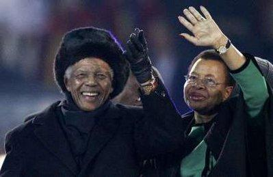 Former South African President Nelson Mandela and his wife Graca Machel wave to fans during the closing ceremony of the 2010 World Cup at Soccer City stadium in Johannesburg July 11, 2010.REUTERS/Michael Kooren